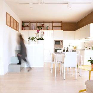 Ispirazione per una cucina nordica con lavello sottopiano, ante lisce, ante bianche, paraspruzzi bianco, elettrodomestici in acciaio inossidabile, parquet chiaro, pavimento beige e top bianco