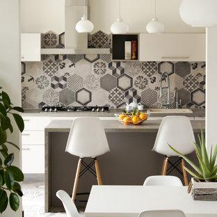 Bild på ett mellanstort funkis linjärt kök och matrum, med flerfärgad stänkskydd, släta luckor, vita skåp, stänkskydd i keramik och en köksö