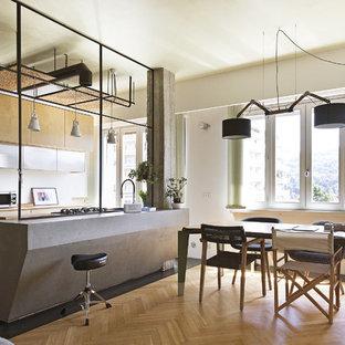 Esempio di una grande cucina industriale con parquet chiaro, pavimento multicolore, lavello da incasso, ante lisce, ante in legno chiaro, elettrodomestici in acciaio inossidabile, isola e top grigio