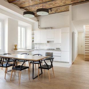 Foto di una cucina contemporanea di medie dimensioni con ante lisce, ante bianche, paraspruzzi bianco, paraspruzzi con piastrelle diamantate, penisola, elettrodomestici da incasso, parquet chiaro e pavimento marrone