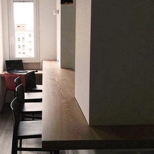 ミラノの広いコンテンポラリースタイルのおしゃれなキッチン (フラットパネル扉のキャビネット、アンダーカウンターシンク、グレーのキャビネット、木材カウンター、グレーのキッチンパネル、シルバーの調理設備、クッションフロア) の写真