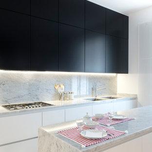Idee per una cucina parallela minimal con lavello sottopiano, ante lisce, ante bianche, top in marmo, paraspruzzi grigio, paraspruzzi in marmo, elettrodomestici da incasso, parquet chiaro, isola, pavimento beige e top grigio