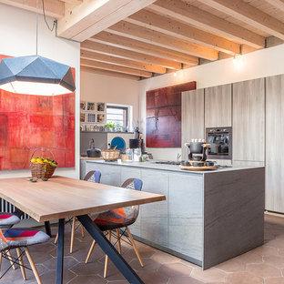 Esempio di una grande cucina abitabile minimal con ante lisce, pavimento con piastrelle in ceramica, ante in legno chiaro, elettrodomestici in acciaio inossidabile e pavimento beige