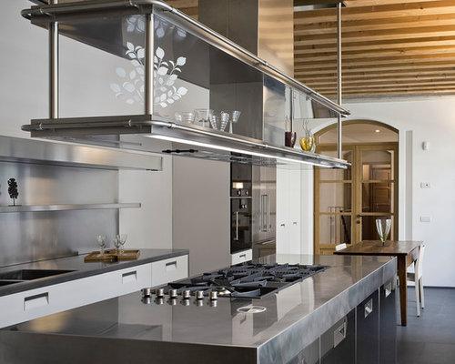 Cucina con ante in acciaio inossidabile e ante di vetro - Foto e ...