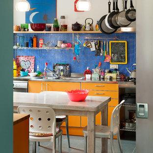 Esempio di una cucina boho chic con ante lisce, ante arancioni, top in acciaio inossidabile, paraspruzzi blu, elettrodomestici in acciaio inossidabile e pavimento grigio