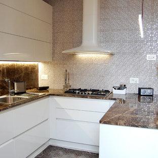 Idee per una cucina ad U mediterranea di medie dimensioni con lavello da incasso, ante lisce, ante bianche, top in marmo e paraspruzzi con piastrelle in ceramica