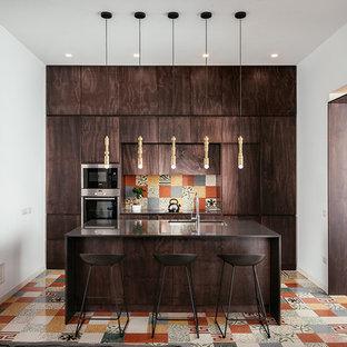 Esempio di una cucina lineare minimal con ante in legno bruno, top in quarzo composito, paraspruzzi con piastrelle di cemento, elettrodomestici in acciaio inossidabile, pavimento in cementine, isola, lavello sottopiano, ante lisce, paraspruzzi multicolore, pavimento multicolore e top marrone