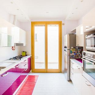Новые идеи обустройства дома: отдельная, п-образная кухня среднего размера в современном стиле с плоскими фасадами, полом из керамогранита, белым полом, двойной раковиной, фиолетовыми фасадами и техникой из нержавеющей стали без острова
