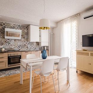 Foto di una cucina design con lavello da incasso, ante in stile shaker, ante in legno chiaro, paraspruzzi multicolore, paraspruzzi con piastrelle di cemento, pavimento in cementine e pavimento multicolore