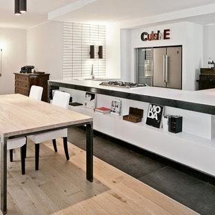 Imagen de cocina comedor en U, contemporánea, grande, con suelo de baldosas de porcelana, encimeras blancas, suelo gris, armarios abiertos, salpicadero blanco, electrodomésticos de acero inoxidable y península