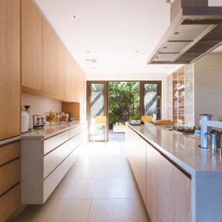 Esempio di una grande cucina parallela minimal con lavello a doppia vasca, ante lisce, ante in legno chiaro, paraspruzzi beige, isola, pavimento beige e top beige