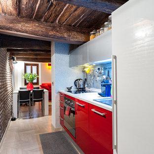 Foto di una piccola cucina country con ante lisce, ante rosse, elettrodomestici bianchi, parquet chiaro, nessuna isola e pavimento beige