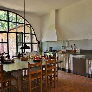 Inredning av ett modernt stort grå linjärt grått kök och matrum, med en integrerad diskho, öppna hyllor, bänkskiva i kalksten, grått stänkskydd, stänkskydd i kalk, tegelgolv och rosa golv