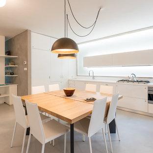 Esempio di una cucina design con ante lisce, ante bianche, paraspruzzi bianco, nessuna isola, pavimento grigio e top bianco