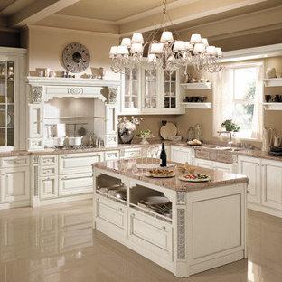 他の地域の中くらいのトラディショナルスタイルのおしゃれなキッチン (アンダーカウンターシンク、レイズドパネル扉のキャビネット、白いキャビネット、大理石カウンター、白いキッチンパネル、セラミックタイルのキッチンパネル、シルバーの調理設備、ピンクのキッチンカウンター) の写真