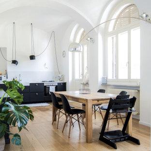 Свежая идея для дизайна: кухня в современном стиле с раковиной в стиле кантри, черными фасадами, мраморной столешницей, техникой из нержавеющей стали, полом из линолеума и белой столешницей - отличное фото интерьера
