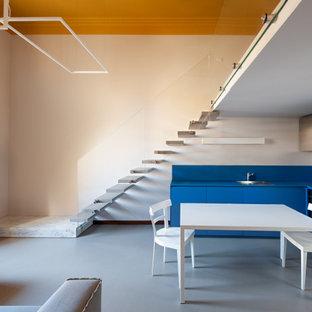 Foto di una cucina design con lavello da incasso, ante lisce, ante blu, elettrodomestici neri, pavimento grigio e top blu