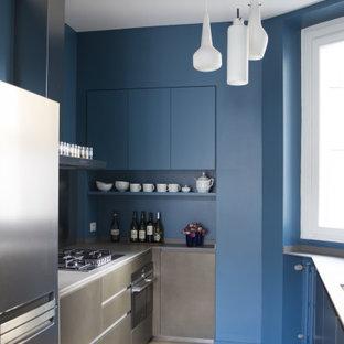 Ispirazione per una cucina a L contemporanea di medie dimensioni con ante lisce, ante blu, paraspruzzi blu, elettrodomestici in acciaio inossidabile, pavimento beige e top grigio