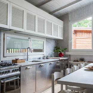 Idee per una cucina country di medie dimensioni con nessuna isola, lavello sottopiano, ante a persiana, ante bianche, elettrodomestici in acciaio inossidabile, parquet chiaro e pavimento beige