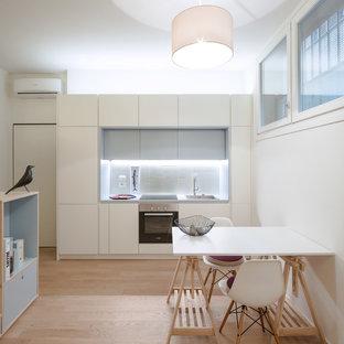 Ispirazione per una piccola cucina design con lavello a vasca singola, ante lisce, ante bianche, top in laminato, paraspruzzi grigio, paraspruzzi con piastrelle in ceramica, elettrodomestici in acciaio inossidabile, parquet chiaro, nessuna isola e pavimento beige