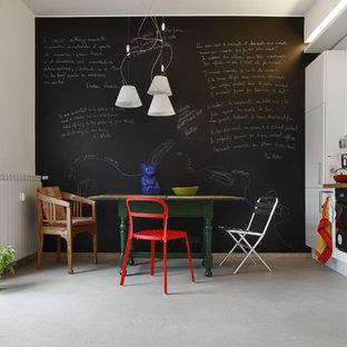 Idee per una cucina design di medie dimensioni con ante lisce, top in legno e pavimento in cemento