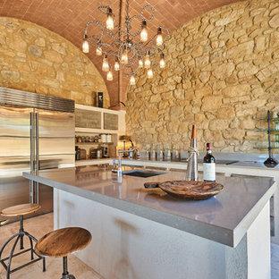 Foto di un'ampia cucina mediterranea