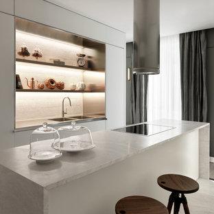 Einzeilige Moderne Küche mit Doppelwaschbecken, weißen Schränken, Kücheninsel, offenen Schränken, Marmor-Arbeitsplatte, Küchenrückwand in Weiß, weißem Boden und weißer Arbeitsplatte in Mailand