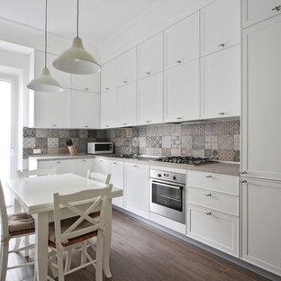 他の地域の中くらいの北欧スタイルのおしゃれなキッチン (落し込みパネル扉のキャビネット、白いキャビネット、マルチカラーのキッチンパネル、セラミックタイルのキッチンパネル、磁器タイルの床、アイランドなし、グレーの床、ドロップインシンク、珪岩カウンター、黒い調理設備、ピンクのキッチンカウンター) の写真