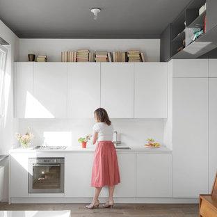 Idee per una cucina lineare scandinava con ante lisce, ante bianche, top in quarzo composito, paraspruzzi bianco, pavimento in gres porcellanato, nessuna isola, top bianco e lavello sottopiano