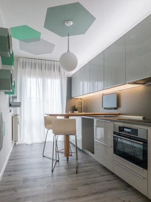 Küchen mit Küchenrückwand in Grau und Laminat-Arbeitsplatte Ideen ...