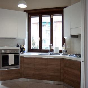 Foto di una piccola cucina minimalista con pavimento in marmo e pavimento beige