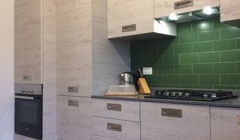 Cucina angolare con top in agglomerato di quarzo e piastrelle verdi