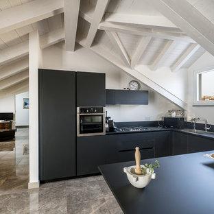 Esempio di una piccola cucina stile marinaro con ante nere, paraspruzzi nero, pavimento in gres porcellanato, penisola, top nero, ante lisce e pavimento grigio