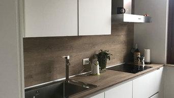 Cucina bianca con retro e top in legno | 9 MQ