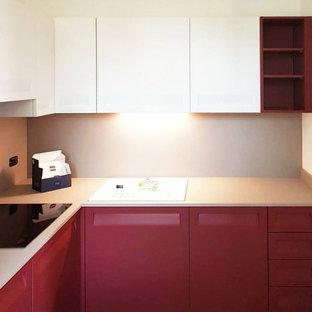 Ejemplo de cocina en L, minimalista, pequeña, cerrada, sin isla, con fregadero encastrado, armarios con paneles lisos, encimera de laminado, salpicadero beige y encimeras beige