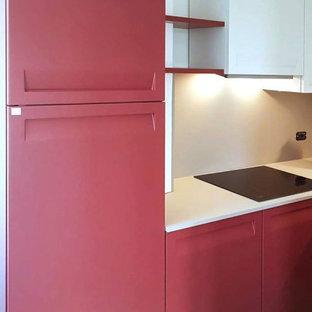 Foto på ett avskilt, litet funkis beige l-kök, med en nedsänkt diskho, släta luckor, laminatbänkskiva och beige stänkskydd