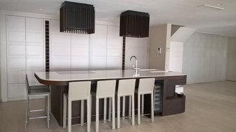 Cucina con frigo a doppia anta con frizzer a cestone, colonna con ante a scompar