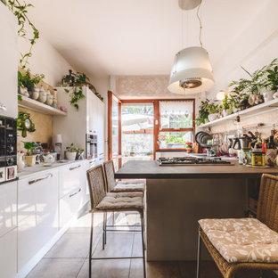 Foto di una piccola cucina parallela eclettica con ante bianche, top in marmo, paraspruzzi in marmo, elettrodomestici in acciaio inossidabile, pavimento con piastrelle in ceramica, penisola, pavimento grigio, top grigio, ante lisce e paraspruzzi beige
