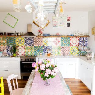 ローマの中サイズのシャビーシック調のおしゃれなキッチン (マルチカラーのキッチンパネル、セラミックタイルのキッチンパネル、アイランドなし) の写真