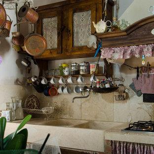 Cucina in travertino stile country