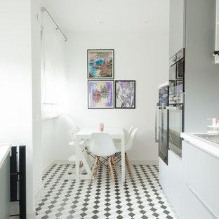 Esempio di una cucina nordica con lavello a doppia vasca, ante lisce, ante grigie, paraspruzzi multicolore, pavimento multicolore e top bianco