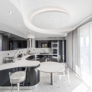 Ispirazione per una cucina minimal con lavello a doppia vasca, ante lisce, ante nere, paraspruzzi bianco, elettrodomestici in acciaio inossidabile, penisola, pavimento bianco e top bianco