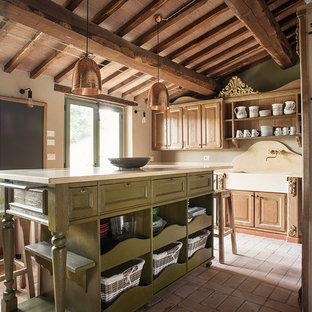 Ispirazione per una grande cucina country con top in marmo, un'isola, lavello stile country, ante con bugna sagomata, ante in legno scuro, paraspruzzi beige, paraspruzzi in marmo e pavimento beige
