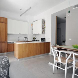 他の地域の小さい北欧スタイルのおしゃれなキッチン (ドロップインシンク、落し込みパネル扉のキャビネット、中間色木目調キャビネット、クオーツストーンカウンター、ベージュキッチンパネル、大理石のキッチンパネル、シルバーの調理設備、セラミックタイルの床、グレーの床、ベージュのキッチンカウンター) の写真
