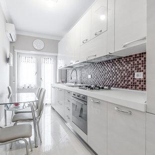 Idee per una cucina contemporanea con ante lisce, ante bianche, top in superficie solida, paraspruzzi multicolore, paraspruzzi con piastrelle a mosaico e elettrodomestici in acciaio inossidabile