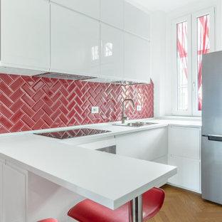 Esempio di una cucina contemporanea di medie dimensioni con lavello da incasso, ante lisce, ante bianche, paraspruzzi rosso, paraspruzzi con piastrelle diamantate, elettrodomestici in acciaio inossidabile, penisola, pavimento marrone, top bianco e parquet chiaro