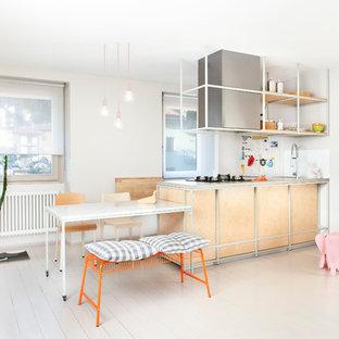 Esempio di una cucina minimal con ante in legno chiaro, lavello sottopiano, nessun'anta, paraspruzzi bianco, pavimento in legno verniciato, una penisola e pavimento bianco