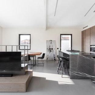 Foto di una cucina design con pavimento grigio, ante lisce, ante in legno scuro, elettrodomestici neri, pavimento in cemento, un'isola e top grigio