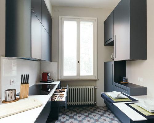 Cucina con ante blu e pavimento con piastrelle in ceramica for Piastrelle paraspruzzi per cucina