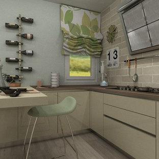 ヴェネツィアの大きいコンテンポラリースタイルのおしゃれなキッチン (ドロップインシンク、フラットパネル扉のキャビネット、ベージュのキャビネット、クオーツストーンカウンター、ベージュキッチンパネル、レンガのキッチンパネル、シルバーの調理設備の、淡色無垢フローリング、ベージュの床) の写真